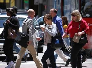 mujer caminando celular
