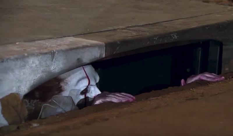 """Globos rojos atados a alcantarillas, mensajes en asfalto y cámaras ocultas para promocionar el remake de """"It""""."""